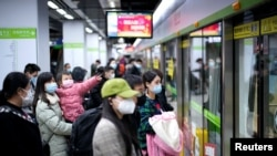 Люди в Ухане на станции метро. 28 марта 2020 года.