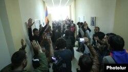 Демонстранты внутри здания Общественного радио Армении, 14 апреля 2018 г.