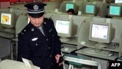 Интернет-кафені тексеріп жүрген полицей. Қытай, 17 маусым 2002 жыл. (Көрнекі сурет)