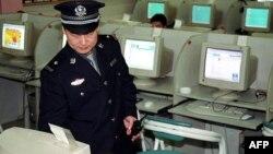 Китайский полицейский проверяет работу интернет-кафе. Пекин,17 июня 2002 года. Иллюстративное фото.