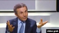 В оппозиции отмечают, что годовщину судьбоносного обещания Иванишвили встречает с пустыми руками, пытаясь замаскировать его букетом таких же никчемных соблазнов