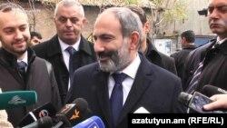 Исполняющий обязанности премьер-министра Армении Никол Пашинян беседует с журналистами, Ереван, 23 ноября 2018 г.