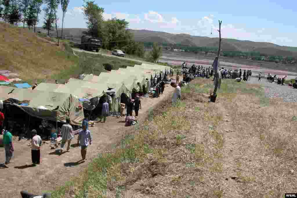 Әндіжан босқындары Қырғызстанның Созақ лагерінде. Мамыр, 2005 жыл.