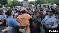 Граждане собрались на площади Свободы в Ереване, 18 июля 2016 г.