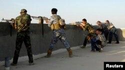 عناصر من قوات الأمن العراقية تأخذ مواقعها في مدينة الرمادي