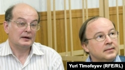 Yury Samodurovy (left) and Andrei Yerofeyev in the courtroom