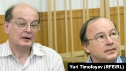 Yury Samodurovy (left) and Andrei Yerofeyev in the courtroom