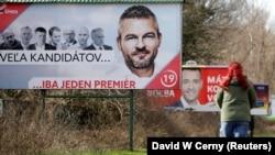 Передвиборча агітація в Словаччині. На фото (на першому плані) – плакат за лідера виборчого списку партії Smer, нинішнього прем'єр-міністра Петера Пеллеґріні