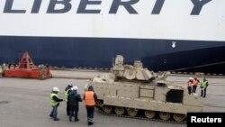 Амэрыканскі танк у порце Рыгі.