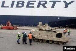 Розвантаження американської військової техніки в порту Риги, 9 березня 2015 року