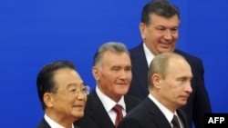 Prime Ministers Wen Jiabao and Vladimir Putin at a CSO summit in Beijing in 2009