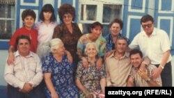 Николай Климович туыс-туғандарымен бірге. Павлодар, 1995 жыл. (Отбасылық мұрағат суреті)
