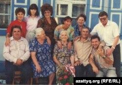 Семья Николая Климовича. Фото на память в дни встречи Ника Утаса и его отца Николая Климовича спустя 54 года в Павлодаре в 1995 году. Фото из семейного альбома.