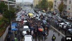 Холодный осенний проливной дождь не помешал активистам оппозиционного «Нацдвижения» более трех часов пикетировать здание тбилисской мэрии