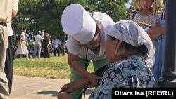 Медики оказывают помощь вывезенным из Арыси, сидящим на прилегающей к мечети территории. Шымкент, 25 июня 2019 года.