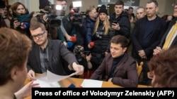 Володимир Зеленський під час подачі документів до Центральної виборчої комісії