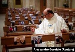 Фотографии прихожан церкви во время праздничной мессы 12 апреля. Присутствовать на богослужении в Италии запрещено, несмотря на смягчение карантинных мер