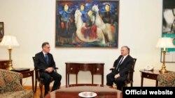 Глава МИД Армении Эдвард Налбандян принимает нового посла Франции в Армении Анри Рено. Ереван, 29 октября 2010 г.