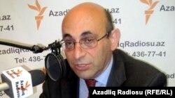 Сотрудник Института мира и демократии Ариф Юнус в студии АзадлыгРадиосу, 2011