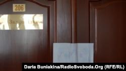 Опломбовані двері від зали засідань, де зберігаються бюлетені