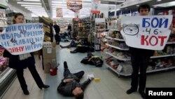 Архівне фото: активісти в Одесі агітують бойкотувати товари з Росії після анексії Криму, 30 березня 2014 року