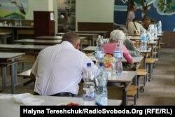 У шкільній їдальні людям організували харчування
