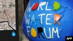 عمل نحتي يمثل شعار المنتدي العالمي للمياه في مرسيليا الفرنسية