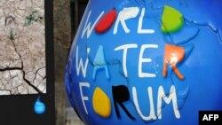 Францияның Марсель қаласында өтіп жатқан Су мәселелеріне арналған дүниежүзілік форумның логотипін бейнелейтін мүсін. Франция, 12 наурыз 2012 жыл.