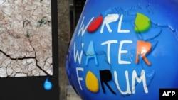 Скульптура с логотипом шестого Всемирного водного форума в Марселе. Франция, 12 марта 2012 года.