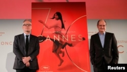 Delegatul general al festivalului Thierry Fremaux și președintele festivalului de la Cannes Pierre Lescure prezintă afișul oficial