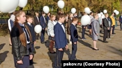 Линейка в школе №7 в Великих Луках, где школьники упали в обморок. Россия, Псковская область