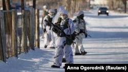 Сотрудники правоохранительных органов стоят на страже возле местной школы после того, как ученик с топором напал на школьников и учителя в городе Улан-Удэ. Россия, 19 января 2018 года