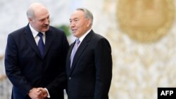 Президент Беларуси Александр Лукашенко (слева) и президент Казахстана Нурсултан Назарбаев.