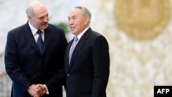 Беларусь президенті Александр Лукашенко (сол жақта) мен Қазақстан президенті Нұрсұлтан Назарбаев. Көрнекі сурет