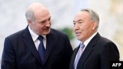 Беларусь президенті Александр Лукашенко (сол жақта) мен Қазақстан президенті Нұрсұлтан Назарбаев.