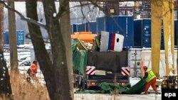 Уламки збитого літака готують до вивезення до Нідерландів, Харків, 3 грудня 2014 року