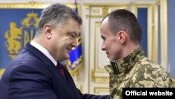 Президент Порошенко встречается с освобожденным из плена «киборгом» Тарасом Колодием