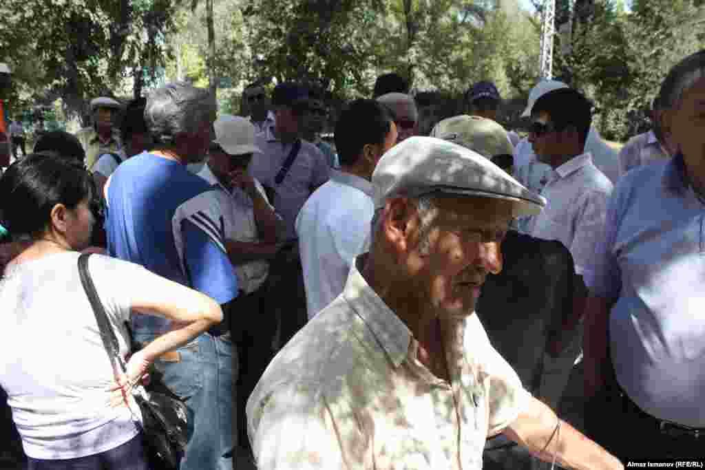 Около посольства собралось около 50-60 человек