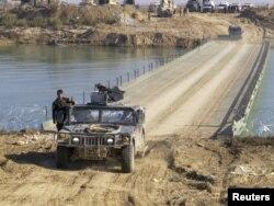 Іракські військові на мосту через річку Євфрат, Рамаді, 22 грудня 2015 року