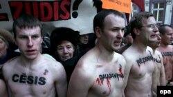 Год назад протестные акции в Риге обходились без погромов