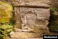Загадковий барельєф скельного храму в Буші