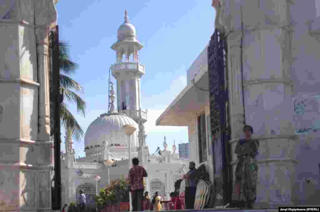 Несмотря на свое мусульманское происхождение мавзолей популярен и среди индуистов