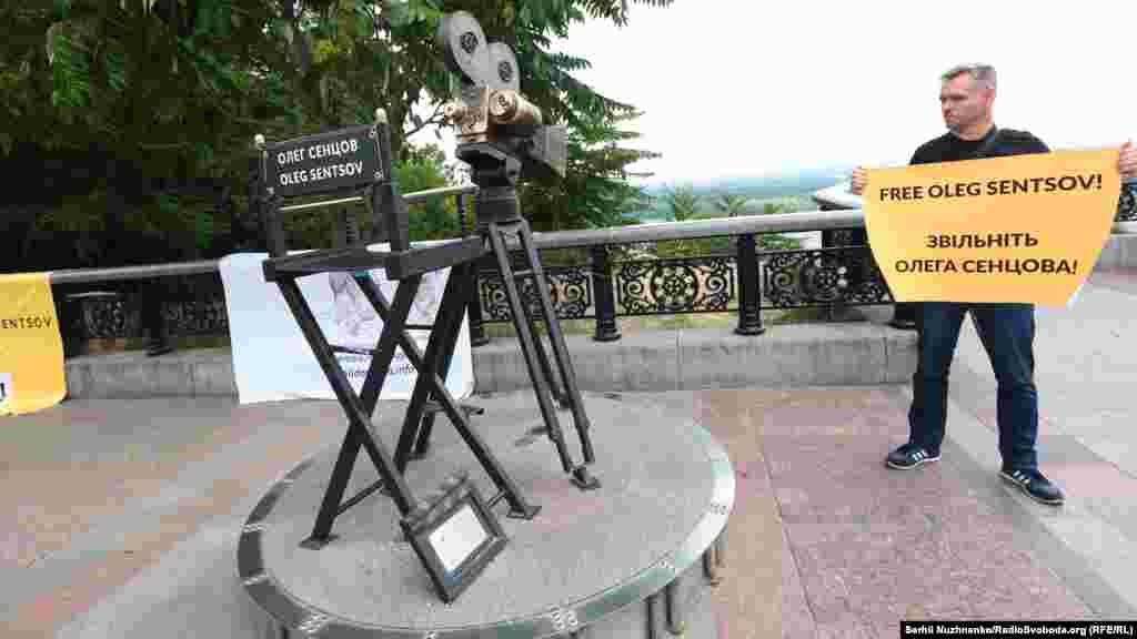 «На цьому місці ми не просто так. Це відома композиція – кінокамера з порожнім режисерським кріслом. Це місце для Олега Сенцова. Але сьогодні він, на жаль, не з нами. Ми сподіваємося, що наступного дня народження ми будемо зустрічати разом з ним», – зазначив один з організаторів акції Максим Будкевич.