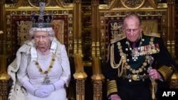 Kraljica i njen suprug, princ Filip, minutom ćutanja su odali poštu žrtvama na stepenicama Bakingemske palate