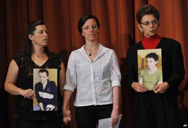 سارا شورد در میان مادران جاش فتال و شین باوئر؛ او اندکی زودتر از دو آمریکایی دیگر آزاد شد