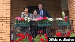 Russia -- Armenian President Armen Sarkissian and his wife Nune (L) pose for a photograph with Goar Vartanian near Moscow.