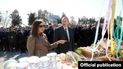 Ильхам и Мехрибан Алиевы (на переднем плане) и другие представители власти (на заднем плане), праздник Новруз, Баку, 20 марта 2012