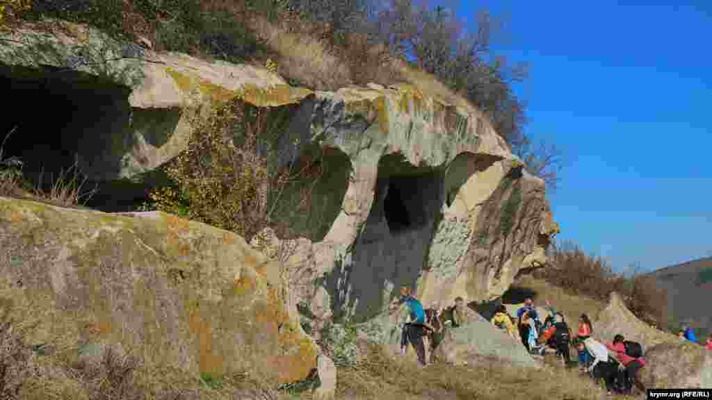 Група піднімається на гору з північного схилу так званою лівою стежкою, яка, на відміну від правої, крута й заросла колючим чагарником