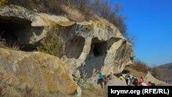 У верхнего яруса пещер Тепе-Кермена