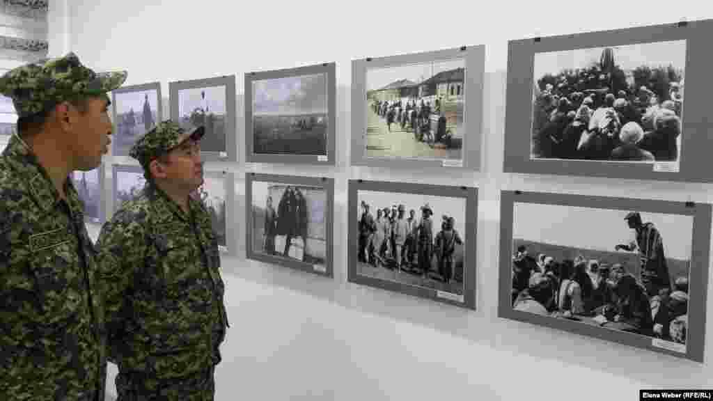 На экскурсию приехала группа военнослужащих из Новодолинской воинской части. На этом кадре они рассматривают снимок о периоде коллективизации. На документальном фото запечатлен момент выступлений агитаторов перед местным населением.
